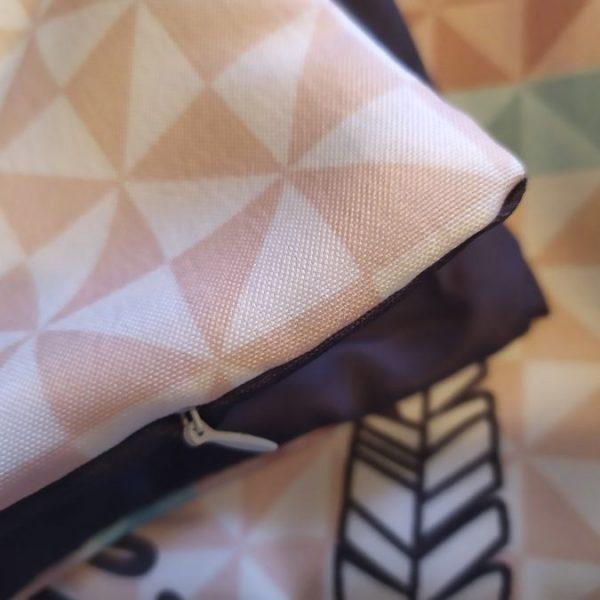 Poszewka ozdobna na poduszkę pudrowy róż łamane trójkąty