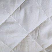 NARZUTA pikowana biała 180×200 z czarnymi napisami N23