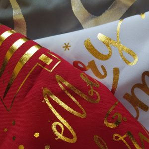 Poszewki ze świątecznym wzorem ze złotym nadrukiem
