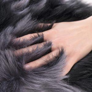 Poszewka włochacz czarna grafitowa 45x45 ekskluzywna z długim włosem